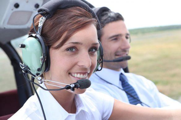 Pilotka v kokpitu letadla
